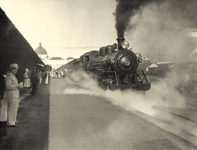A locomotiva a carvão está pronta para deixar Lourenço Marques, provavelmente para a África do Sul..