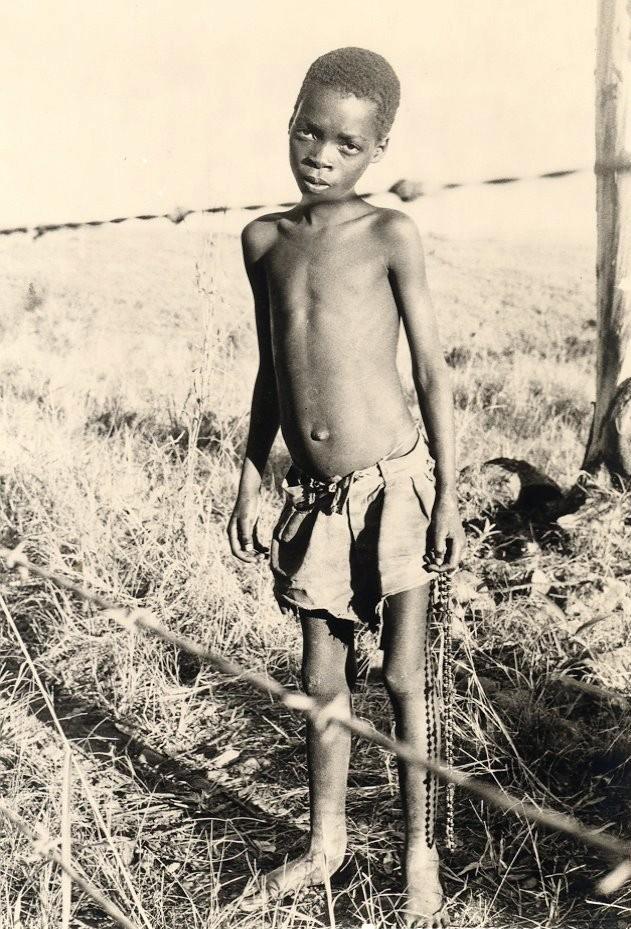 Um jovem Suázi, fotografado do lado moçambicano da cerca que separa os dois países, 1973.