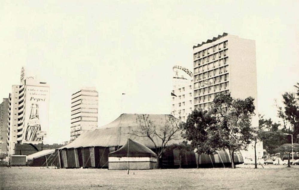 A tenda do circo no espaço na baixa entre a Avenida da República e a Fazenda, anos 1960.
