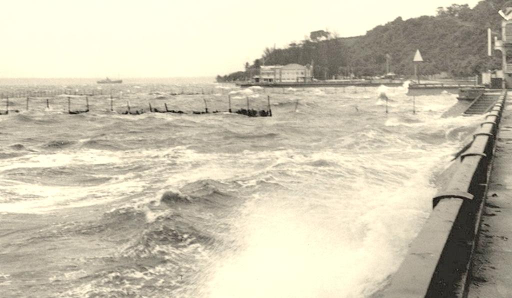 Dia de mar picado na Baía, em frente ao Clube Naval e o Pavilhão de Chá da Polana.