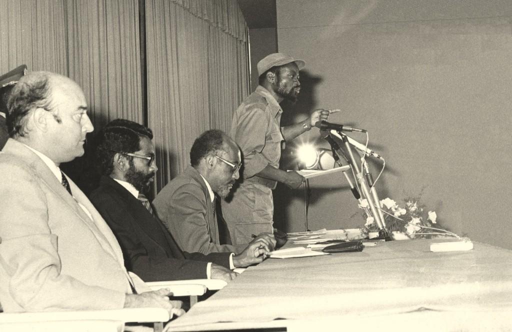 Durante um discurso presumo que em Maputo, da esquerda: Jacinto Veloso, Rui Rebelo, Marcelino dos Santos e Samora Machel.