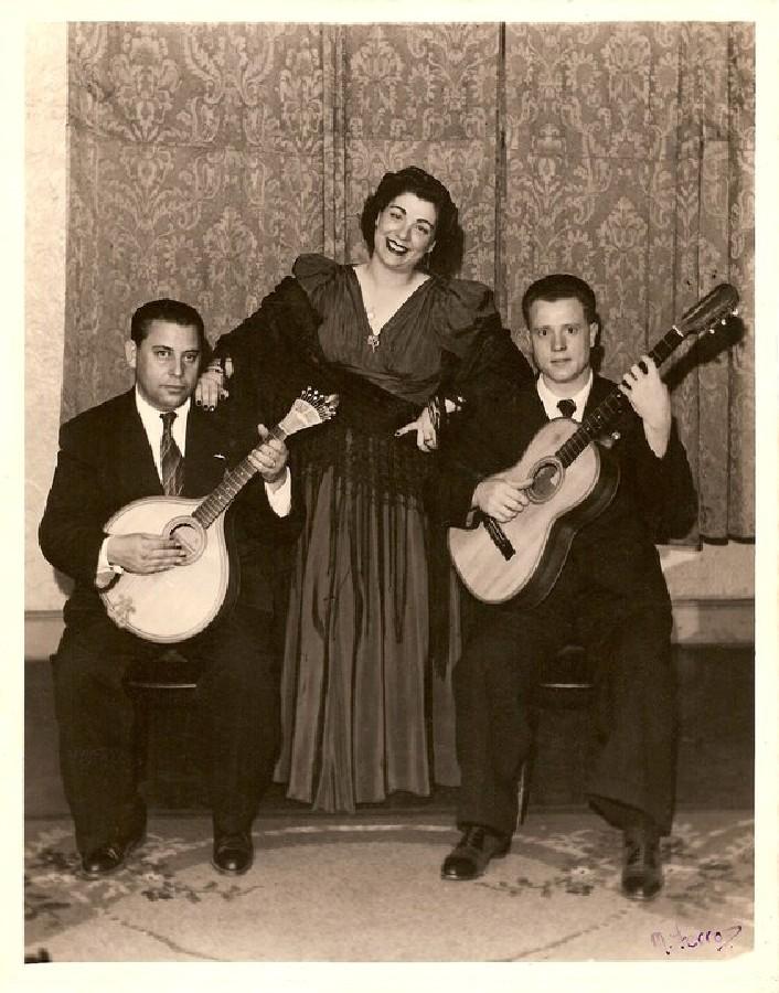 O avô da Carla, José Botelho (guitarra) e Francisco Botelho (viola) a acompanharem a grande Lucília do Carmo no Casino Costa em L.ourenco Marques. Penso que anos 40.