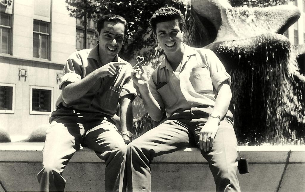 Ribeiro da Silva junto a uma fonte em Joanesburgo com o seu amigo Humberto, anos 60.